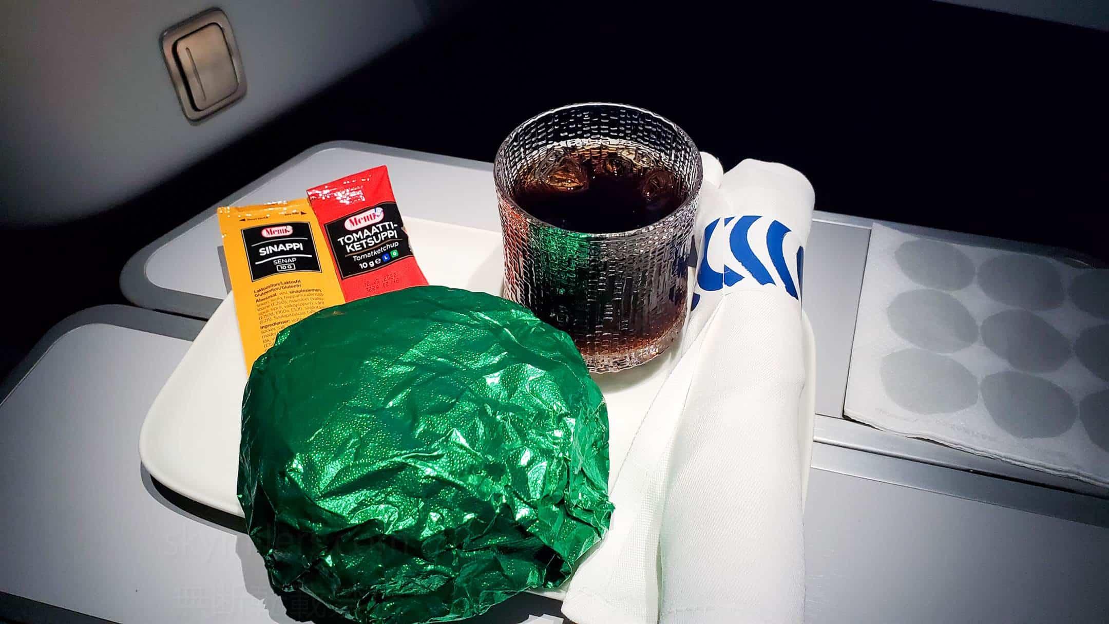 フィンエアー ビジネスクラス 軽食 ハンバーガー01