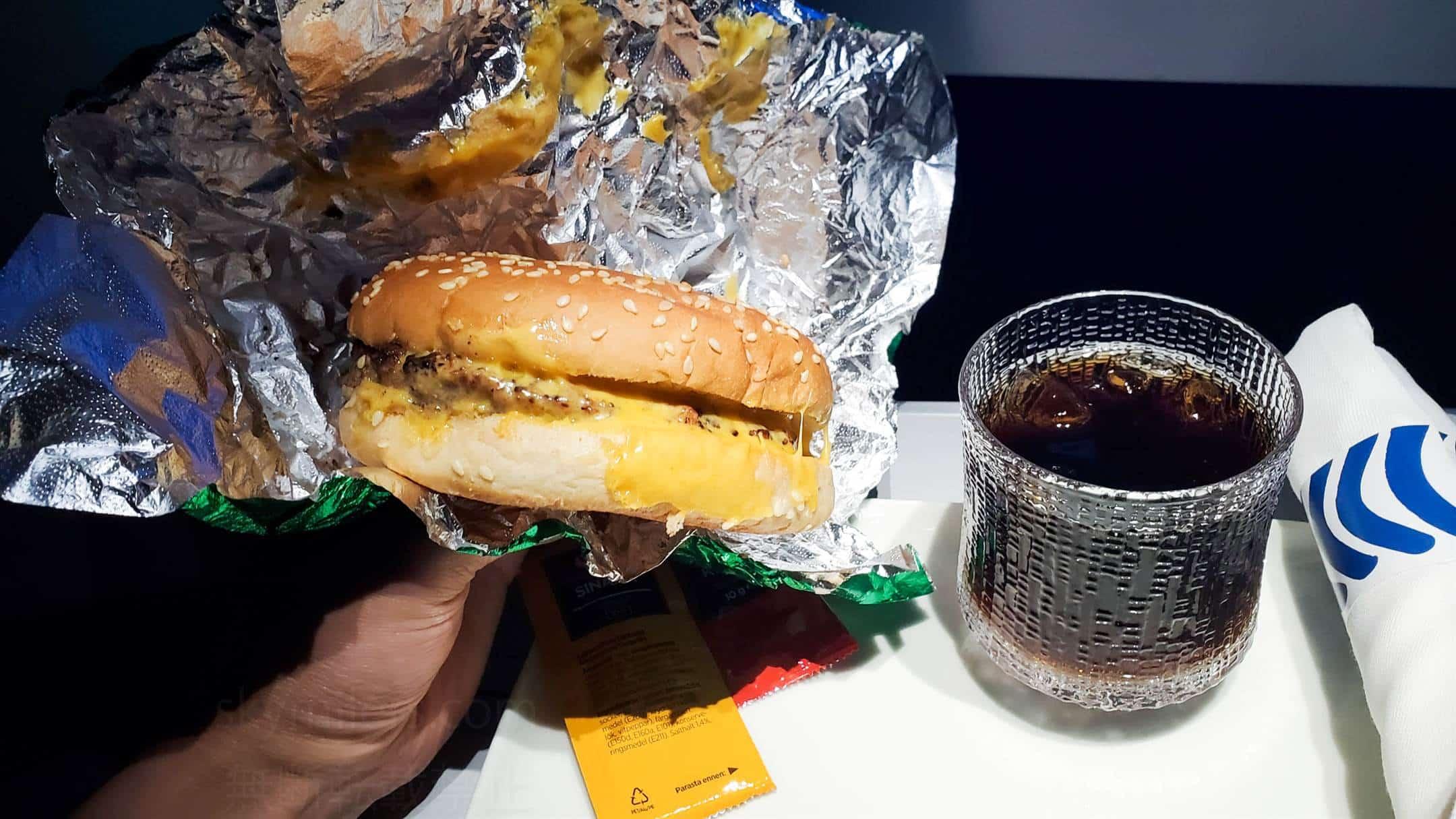 フィンエアー ビジネスクラス 軽食 ハンバーガー02